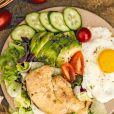 Dieta para emagrecer: alimentos ricos em gorduras boas como abacate e ovo são indicados para dietas em que o consumo de carboidrato é reduzido