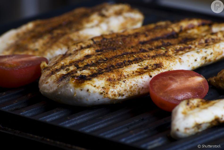 Dieta da proteína: fontes de origem animal são a base do método de emagrecimento. No caso de carnes magras, como frango, é indicado adicionar gorduras durante o preparo
