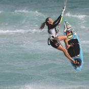 Cristiane Dias, do 'Globo Esporte', exibe boa forma em aula de kitesurf no RJ