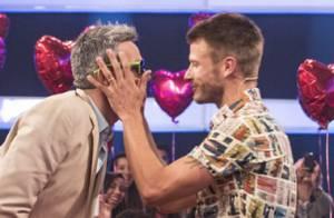 Rodrigo Hilbert beija Otaviano Costa no palco do 'Amor & Sexo': 'Acontece'