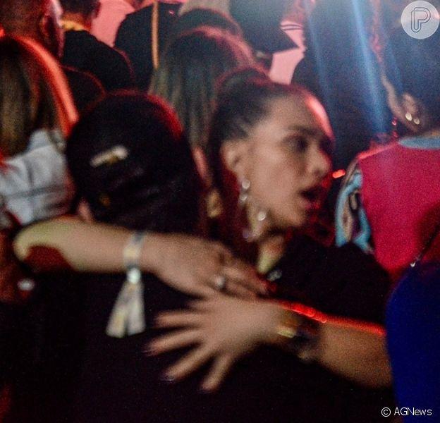 Flavia Pavanelli e Junior Mendonza são fotografados em clima de romance em show