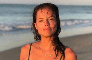 Agatha Moreira posa de biquíni em banho de cachoeira e web elogia: 'Que corpo'