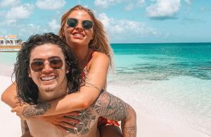 Whindersson Nunes tenta ser 'sexy' e Luísa Sonza diverte fãs em viagem do casal