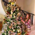 Zilu Godoi monta árvore de Natal em sala de mansaõ