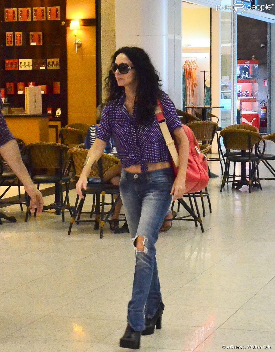 Claudia Ohana é clicada estilosa em aeroporto e mostra boa forma