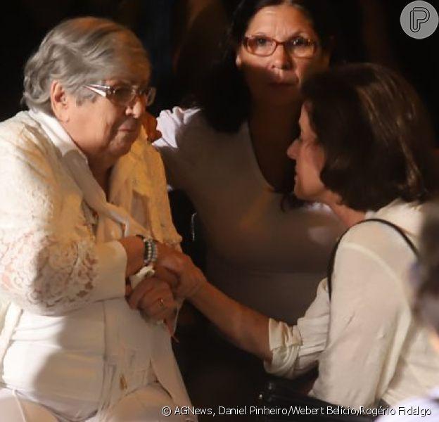 Mãe de Jorge Fernando foi consolada por Marieta Severo no velório do ator e diretor em teatro do Rio de Janeiro