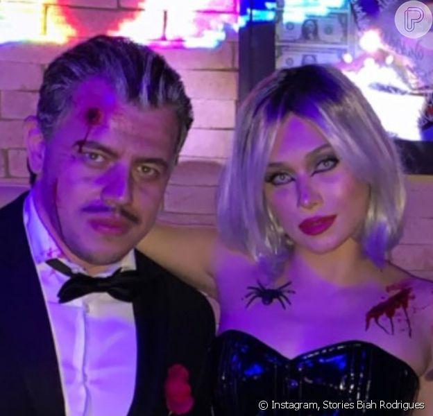 Flavia Pavanelli curte festa de Halloween com o novo namorado, Junior Mendonza