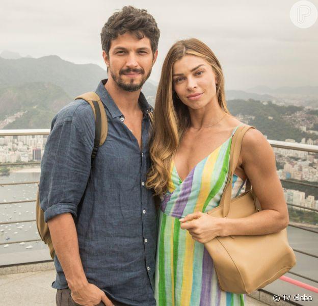 Paloma (Grazi Massafera) aceita pedido de namoro de Marcos (Romulo Estrela) na novela 'Bom Sucesso'