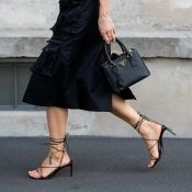 Do office look até a praia: 4 formas de usar sandálias de amarração nesse verão