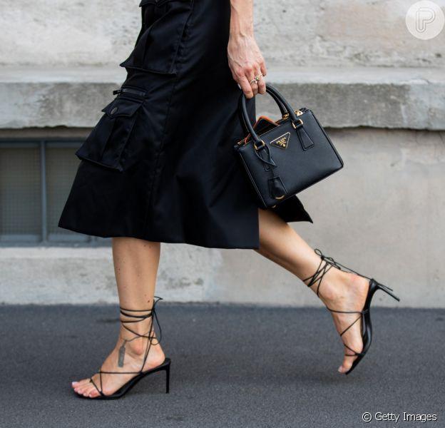 Sapato da moda 2020: salto ou rasteirinha com amarrações no tornozelo são tendência nos looks do próximo verão