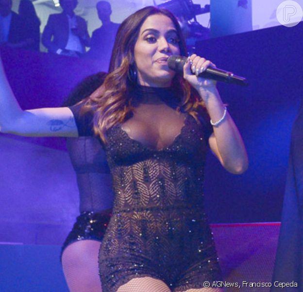 Anitta elege figurinho total black para fazer show em evento beneficente