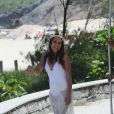 Paloma Bernardi se diverte em gravação na praia