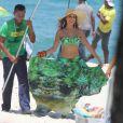Paloma Bernardi grava estilosa na praia da Macumba, no Rio