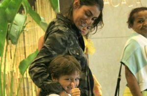 Filho de Felipe Simas, Joaquim acena para fotógrafo durante passeio com os pais