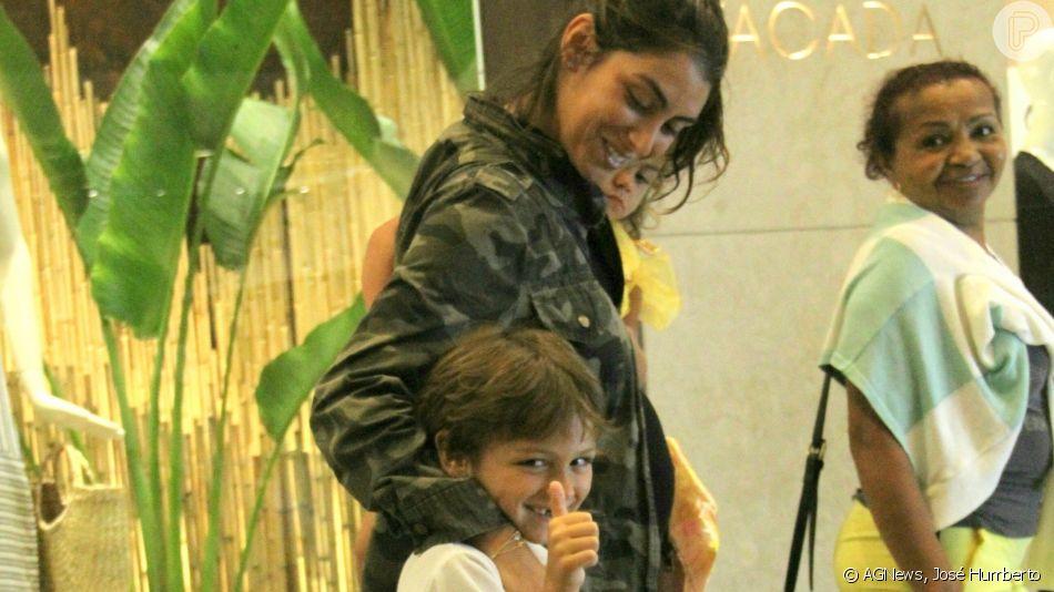 Filho de Felipe Simas e Mariana Uhlmann acenou para fotógrafo em passeio com os pais. Jornalista está grávida pela terceira vez e terá um segundo menino