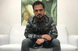 Luciano Camargo brinca ao mostrar lustre de cristais em foto: 'Dia de faxina'