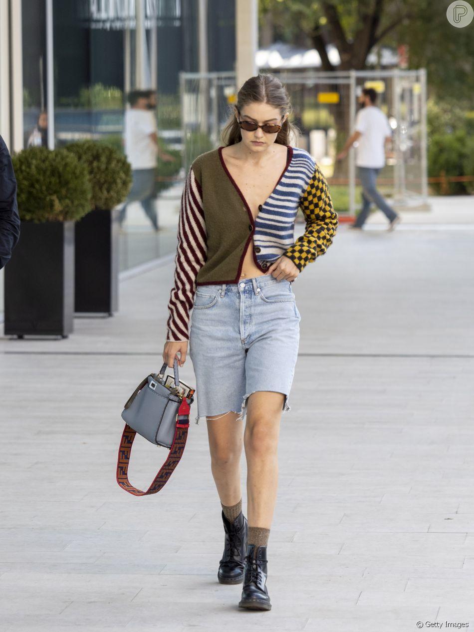Bermuda jeas no verão: famosas fashionistas estão amando usar o modelo com cardigan aberto, substituindo a blusa