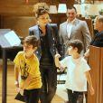 Juliana Paes leva os filhos, Pedro e Antônio, e a mãe, Regina, para jantar em família no restaurante de culinária oriental Naga