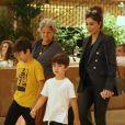 Juliana Paes leva os filhos, Pedro e Antônio, e a mãe, Regina, para jantar em família, no Village Mall, neste domingo, 24 de novembro de 2019