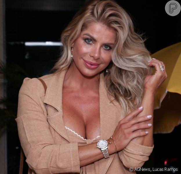 Karina Bacchi aposta em look fashion com conjuntinho em evento de moda nesta segunda-feira, dia 25 de novembro de 2019