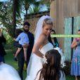 Carol Dias escolheu modelo princesa e longo véu bordado para casamento
