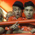 Neymar, que não passaria o Carnaval no Rio, esteve na Sapucaí prestigiar o desfile da namorada pela Grande Rio, em fevereiro de 2013