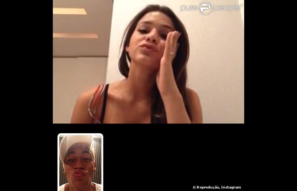 Neymar deseja 'boa noite' para a namorada, Bruna Marquezine, via facetime (aplicativo do telefone), em 23 de fevereiro de 2013