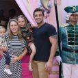 Rafael Cardoso e Mariana Bridi levam os filhos, Aurora e Valentim, à festa de Maria Flor