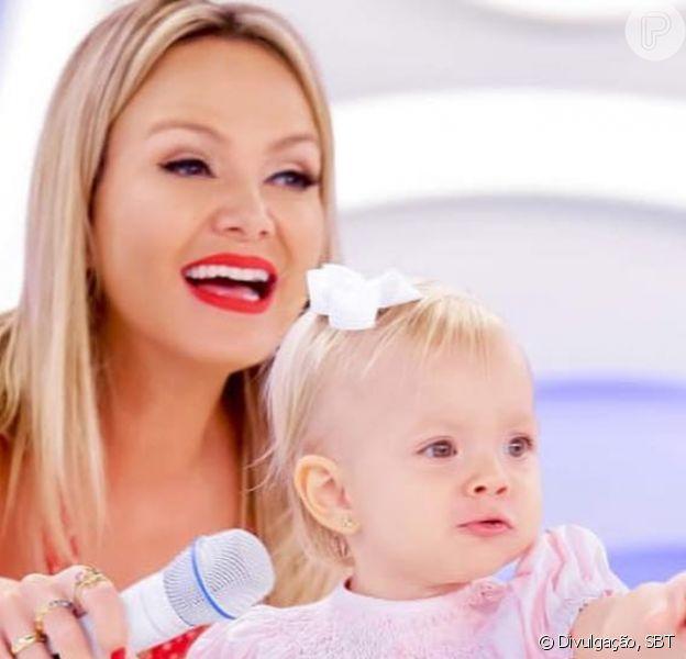 Eliana encantou os fãs com boomerang da filha, Manuela, de 2 anos, vestida de Branca de Neve: 'aArrumando' a árvore de Natal'