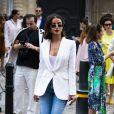 Polêmica, a bermuda jeans voltou à moda em 2019 de maneira despojada nos looks de rua