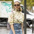 Moda primavera/verão 2020: a blusa com estampa floral e manga bufante pode ser combinada à saia jeans