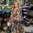 Moda primavera/verão 2020: vestido longo, com mangas volumosas e estampa floral funciona ao lado do coturno