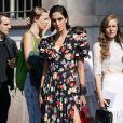 Moda primavera/verão 2020: vestido floral em tamanho midi com decote em V, mangas bufantes e fenda frontal é opção fashion para usar a estampa até o fim da estação