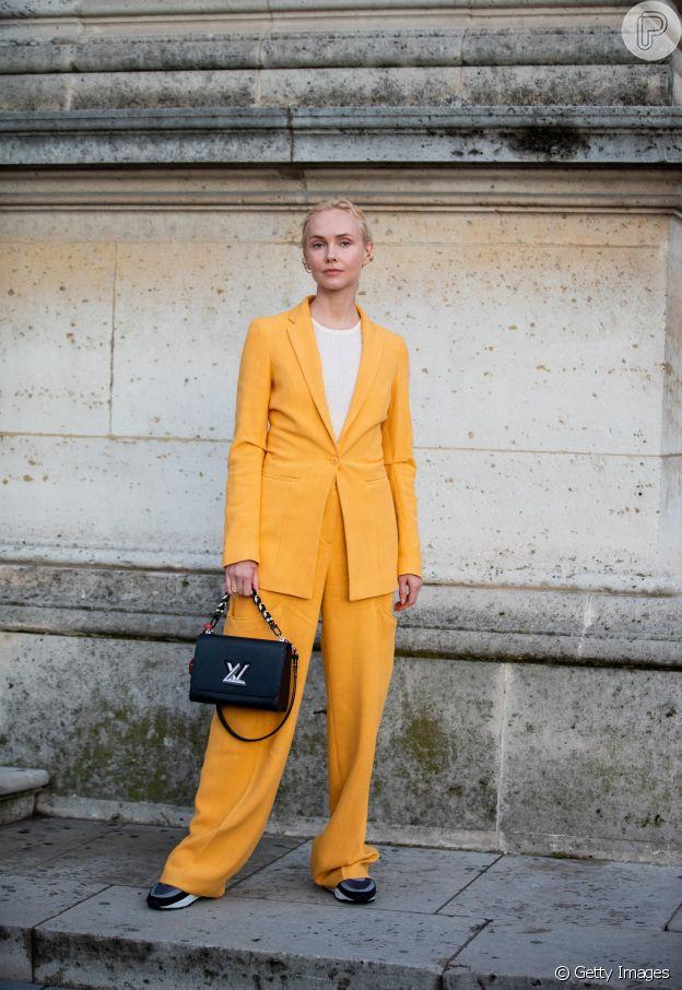 Office look de verão: o conjuntinho amarelo de alfaiataria é solar e elegante ao mesmo tempo