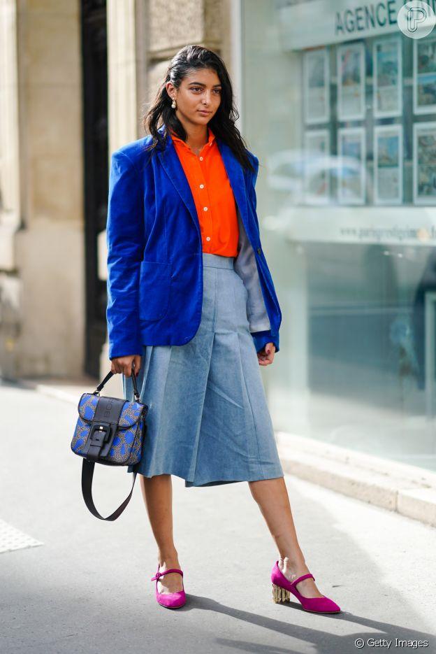 Um dos truques para usar cores vibrantes no look de trabalho é escolher uma mais elegante, como o azul, e outra mais despojada, como o laranja ou o rosa