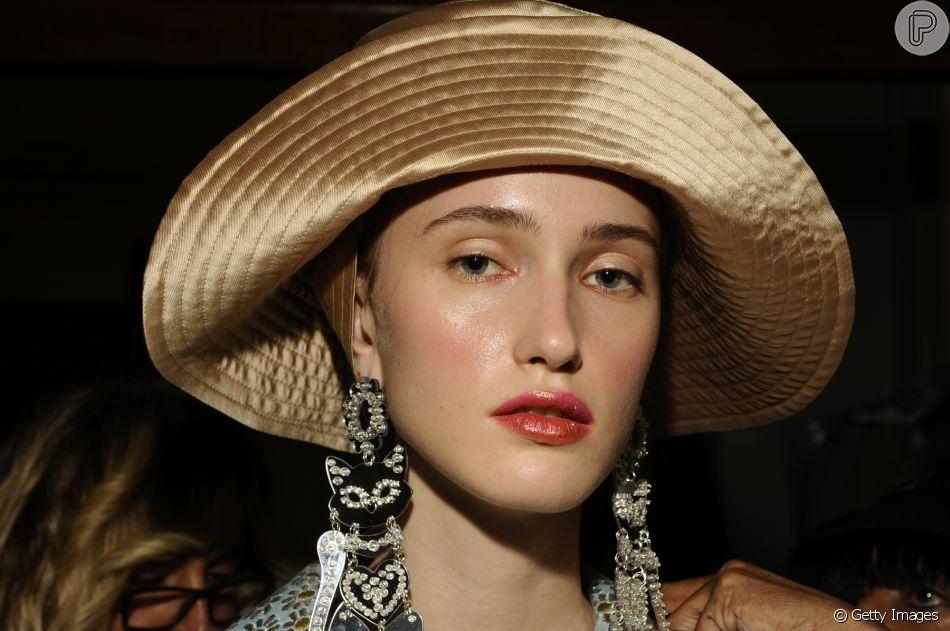 O efeito manchadinho do lip tint é uma boa opção para quem quer usar batom vermelho de forma leve no verão
