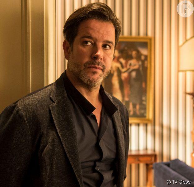 Raul (Murilo Benicio) dá de presente a Lurdes (Regina Casé) a casa dela por ter ajudado Sandro (Humberto Carrão) a sair do crime na novela 'Amor de Mãe'
