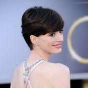 Oscar 2013: Anne Hathaway e Jennifer Lawrence usam colar para trás em cerimônia
