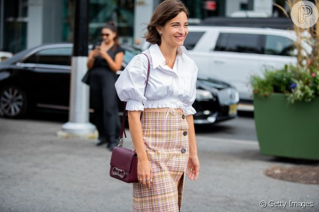 Moda retrô: a clássica camisa social branca fica ainda mais interessante na versão cropped e com mangas bufantes