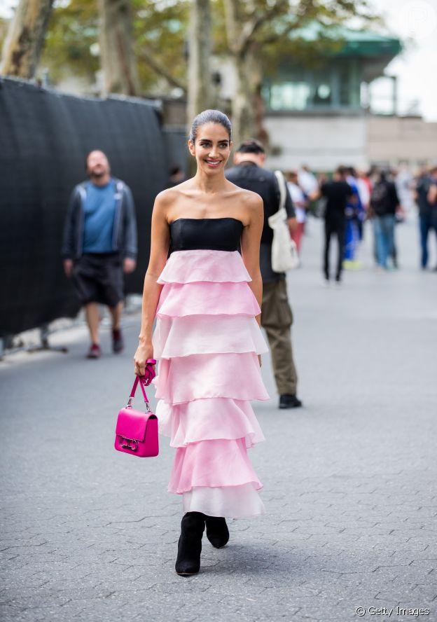 Vestido com babados na moda: modelo longo com faixa preta no busto tem babados em camadas na cor rosa