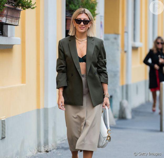 Saia midi na moda: 12 fotos de looks com o modelo queridinho do verão com inspirações de looks para sair e trabalhar. Confira!
