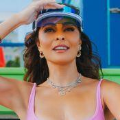 Biquíni rosa e acessórios fashionistas: o beachwear de Juliana Paes nos EUA