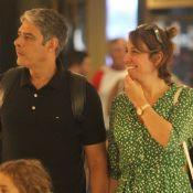 William Bonner faz selfie com fãs e diverte a mulher, Natasha Dantas, em passeio
