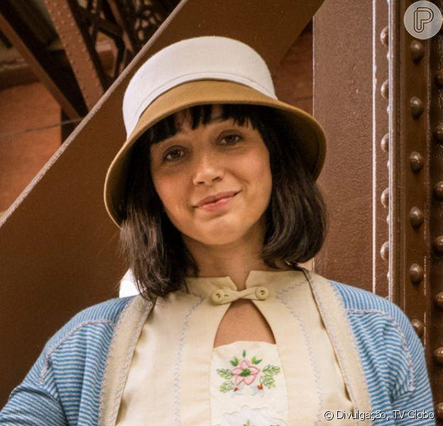 Nos próximos capítulos da novela 'Éramos Seis', Clotilde (Simone Spoladore) começa a dar sinais de loucura após dar o filho para a irmã Olga (Maria Eduarda de Carvalho)