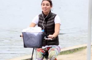 Glenda Kozlowski aposta em look preto e branco para andar de bicicleta no Rio