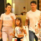Cauã Reymond e Mariana Goldfarb passeiam com Sofia, filha do ator. Veja fotos