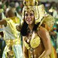 Paolla Oliveira olha para o público da Sapucaí emocionada durante desfile