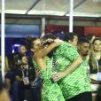 Renata Santos, musa da Mangueira, troca beijos com o marido, André, no camarote Porto Brazil