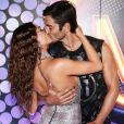 Isis Valverde e o marido, André Resende, se beijam no camarote N1, na Sapucaí