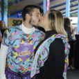 Carol Dantas beija o marido, Vinícius Martinez, no Carnaval da Cidade de São Paulo